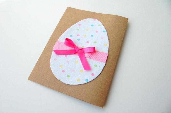 oeuf de paques en tissu à points multicolores, papier kraft, idée activité manuelle paques, ruban rose, idée bricolage enfant facile