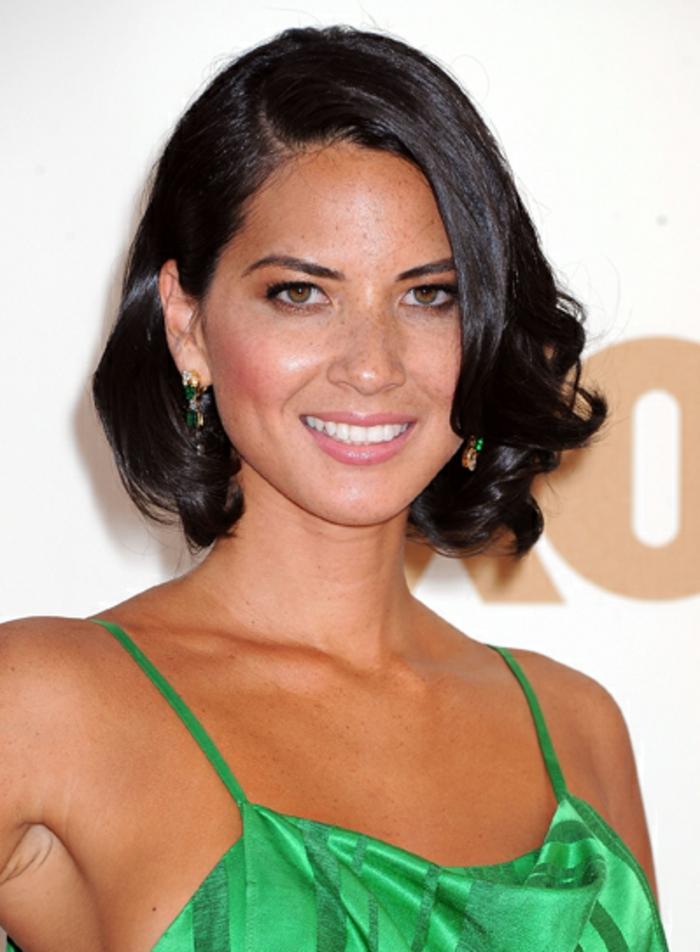 olivia munn, coupe cheveux visage rond, coupe carré plongeant avec pointes bouclées, coupe de cheveux femme, robe verte, peau bronzée