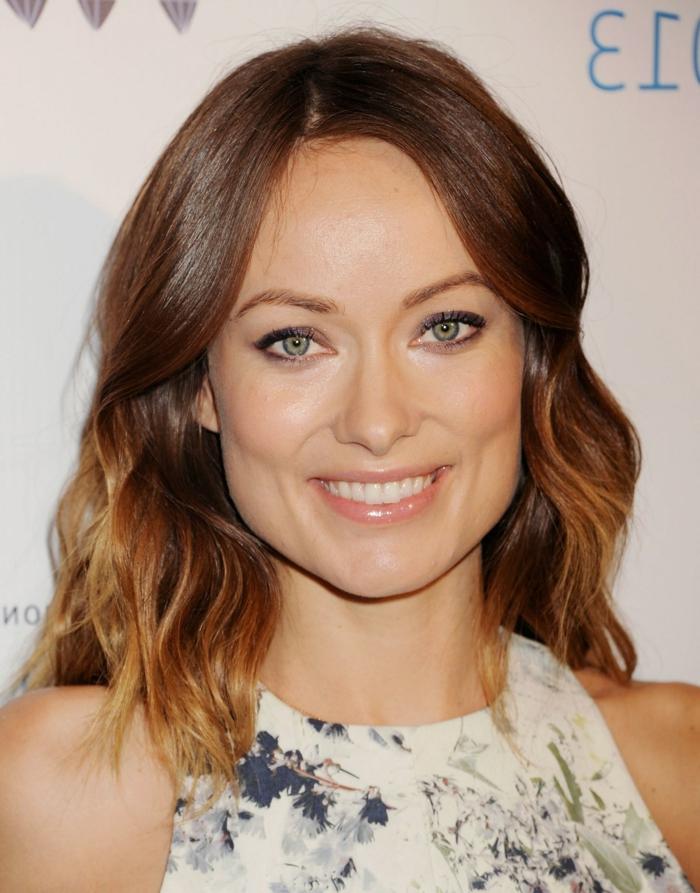 olivia wilde, coupe de cheveux femme, effet ombré, coiffure mi long avec des boucles legeres, relooking coiffure