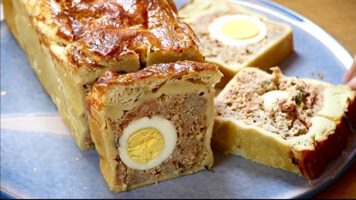 paté de paques, mélange de viande, de la pâte et des oeufs durs, idée de recette de paques traditionnelle pour votre menu