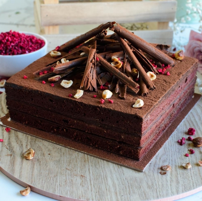 exemple de gâteau forme carré fait maison, comment décorer un gâteau au chocolat, idée gateau au chocolat sans oeuf