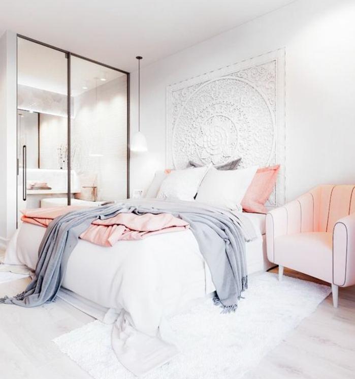 couleur mur blanc et deco murale oriuentale blanche, tapis blanc, canapé rose quartz, parquet clair, coussins et linge de lit gris, rose quartz et blanc, chambre rose et gris ouverte sur une salle de bain