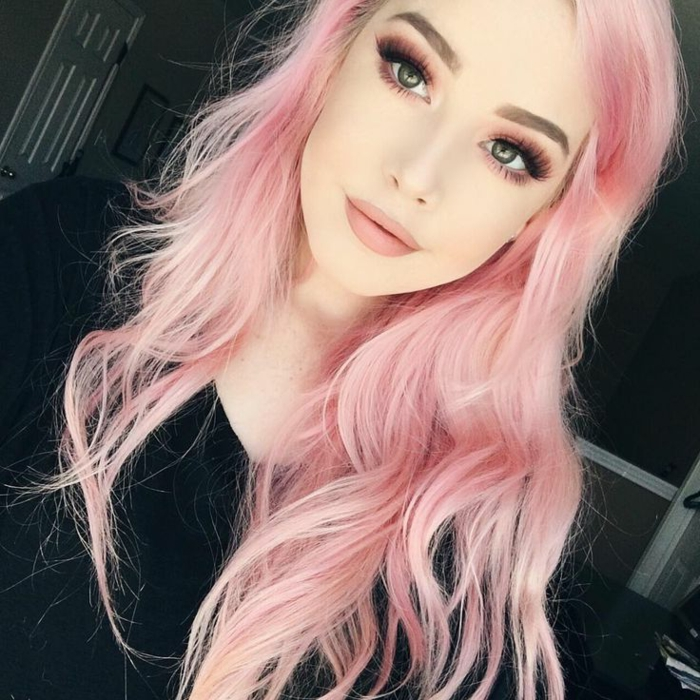 couleur cheveux rose pastel, blouse noire, maquillage pêche, boucles, couleur flashy