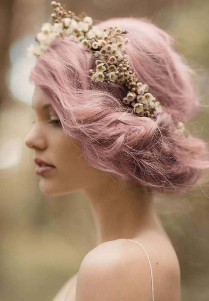 couleur cheveux rose pastel, coiffure de mariage, couronne en fleurs séchées, teinture rose pastel