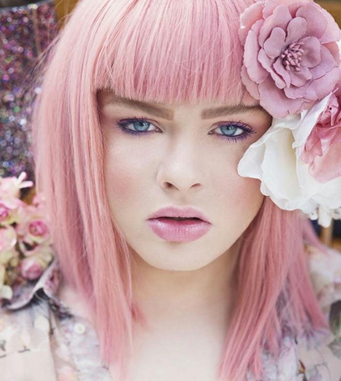couleur cheveux rose pastel, chemise à motifs floraux, accessoire pour cheveux, lèvres rose