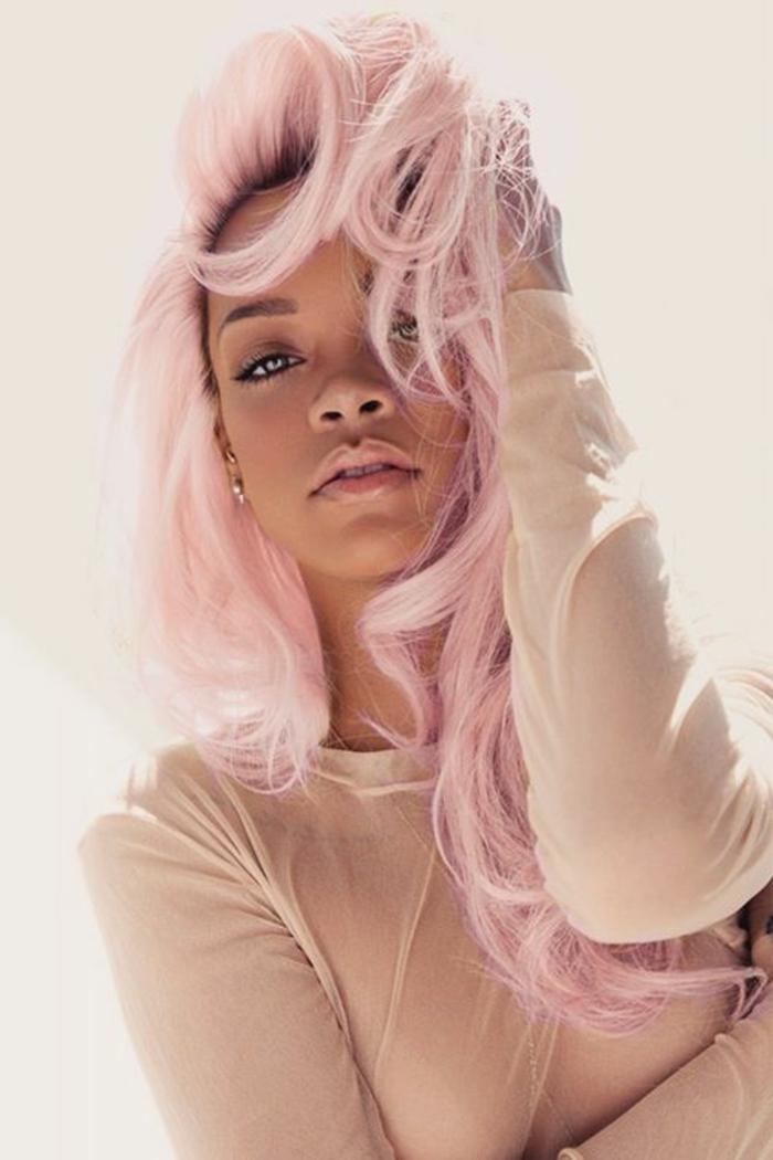 couleur cheveux rose pastel, Rihanna, cheveux bouclés, maquillage naturel