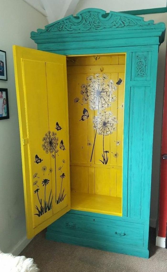 relooker armoire ancienne, extérieur repeint couleur bleue, intérieur couleur jaune, découpage, fleurs, accent decoratif