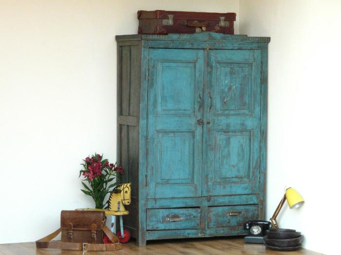 relooker armoire ancienne, patiner un meuble, armoire antique bleu, parquet marron, fleurs, téléphone vintage, chambre vintage