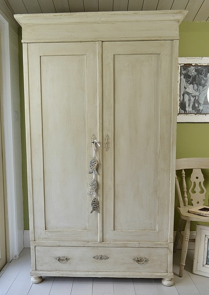 peindre armoire bois en blanc. Black Bedroom Furniture Sets. Home Design Ideas