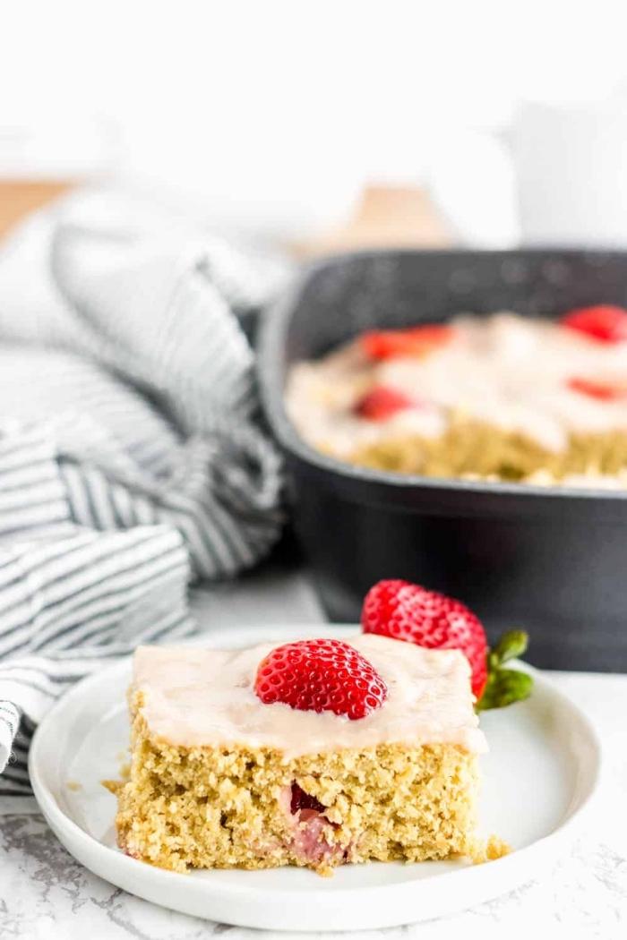 faire un dessert sans oeuf léger et moelleux, exemple de dessert à la vanille et aux noix avec décoration glaçage blanc et fraises