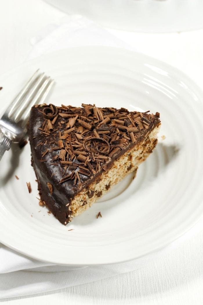 exemple de gateau sans oeuf sans lait, comment servir un gâteau chocolat, idée gâteau au chocolat et noix râpés