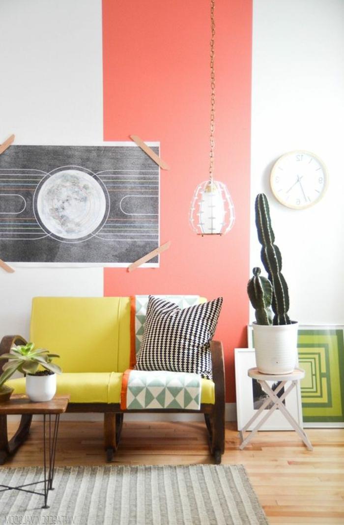 design peinture murale, lampe pendante, sofa vintage et carpette rayée