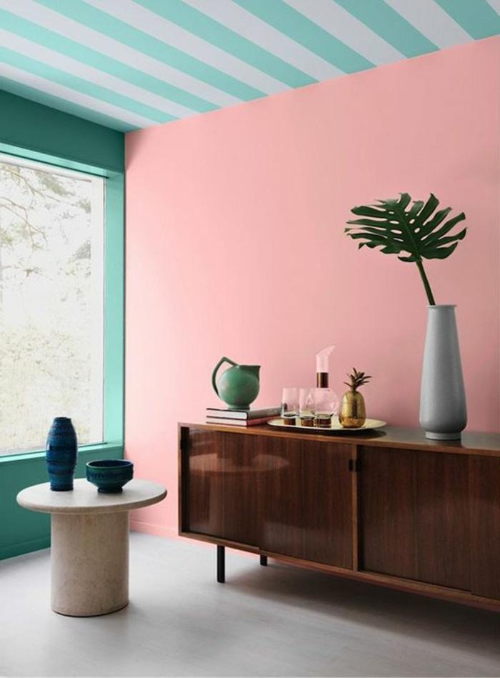 peindre mur et plafond, mur rose, plafond en bleu et blanc, commode vintage