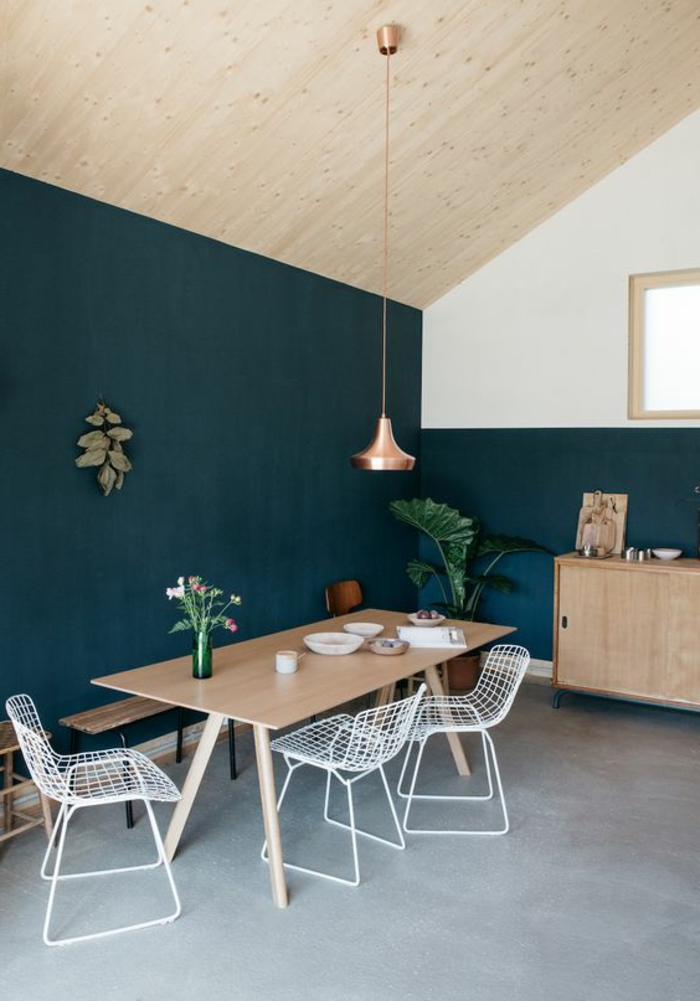peindre un mur au rouleau, cuisine simple, peinture murale bleue et plafond incliné