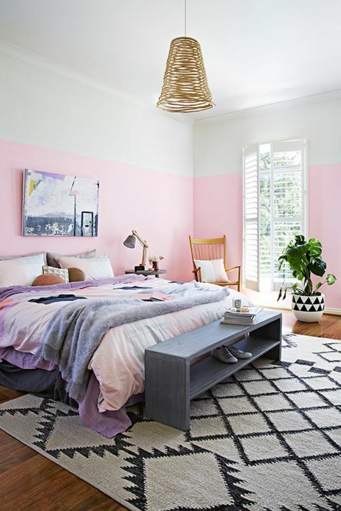 peindre un mur rose, tapis géométrique, lit avec couettes de couleurs pastels, lampe pendante en rotin