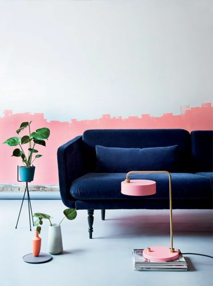 peindre un mur, déco murale rose et blanche, sofa vintage bleu, lampe rose