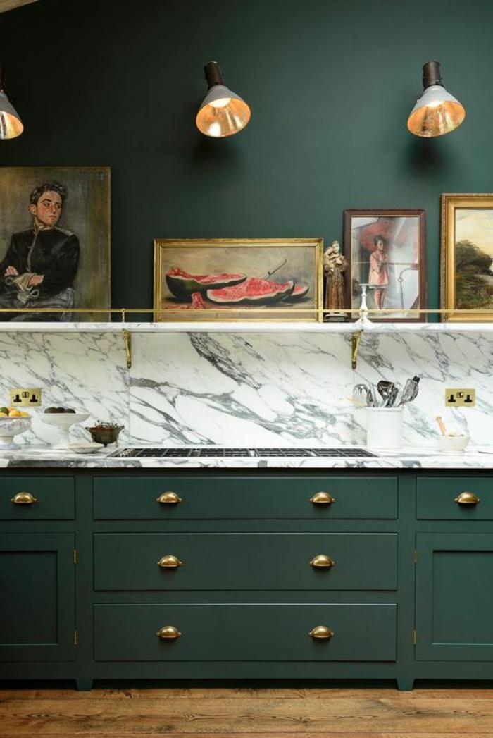 peindre un mur, tiroirs verts et peinture mur verte, appliques murales et plusieurs tableaux x