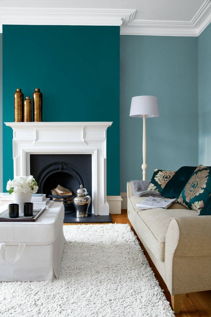 peinture bleu canard, sofa gris clair, cheminée blanche, table blanche, tapis blanc