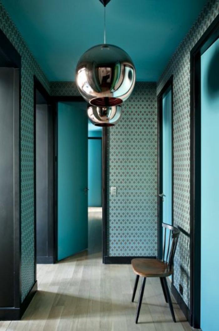 peinture bleu canard, couloir bleu et lampes avec finition métallique