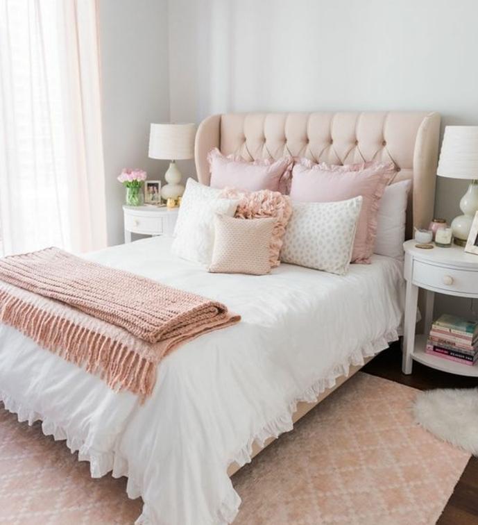 decoration chambre fille, tapis, lit, tête de lit et coussins rose, couverture de lit blanche et coussins roise et blancs, parquet en bois, couleur mur blanc