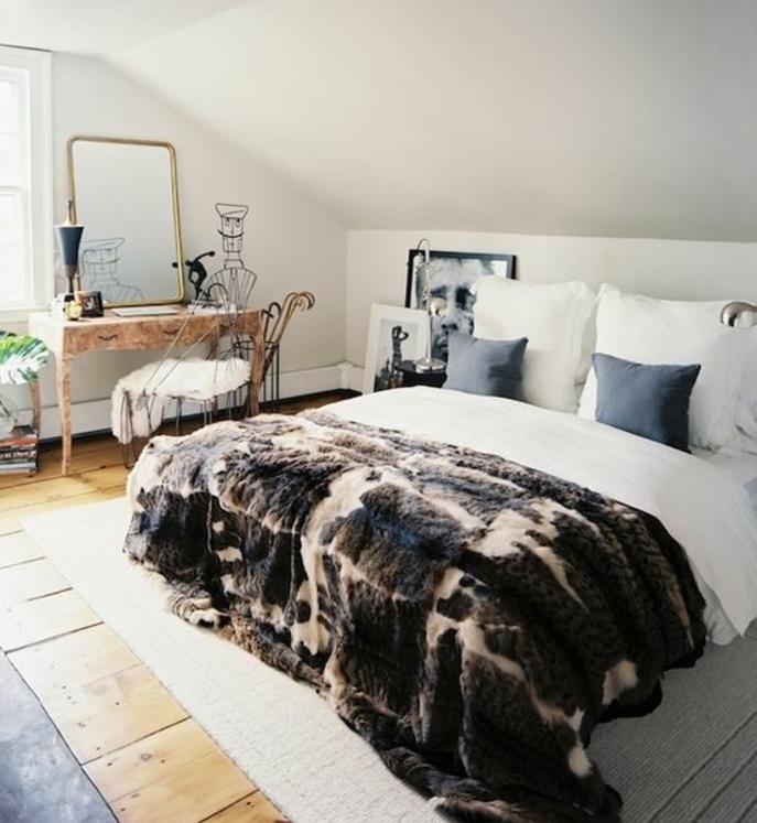 amenagement comble, linge de lit blanc, coussins gris, couverture de lit fourrure, tapis blanc, coiffeuse en bois vintage, chaise en métal, miroir, couleur mur blanc