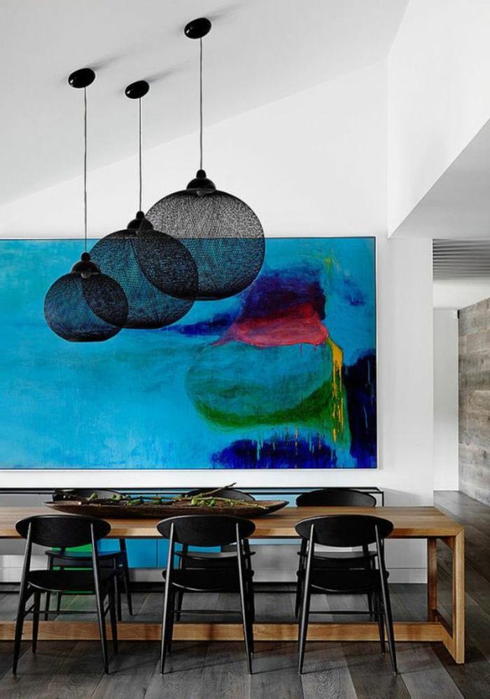 peinture deco, différentes couleurs, lampes noires rondes et grande table en bois