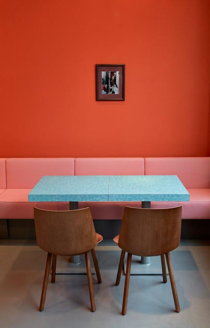 peinture acrylique mur, table à manger bleue