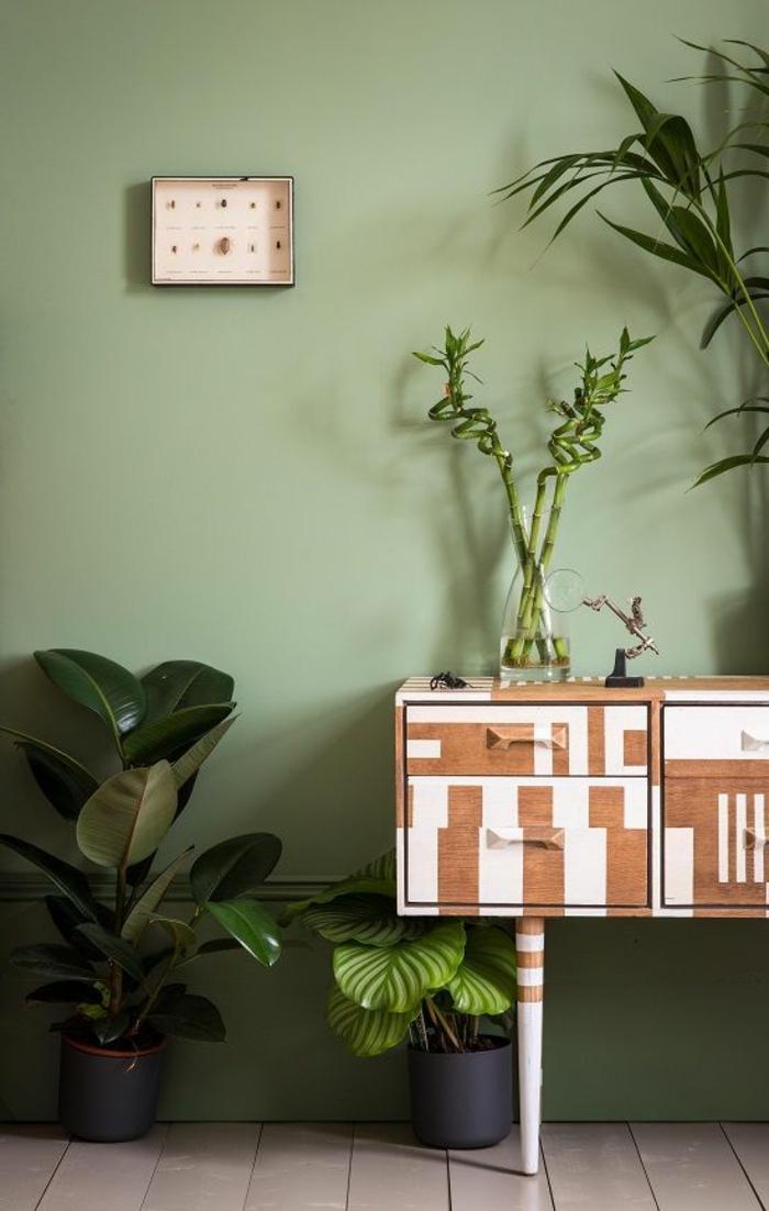 peinture acrylique mur, plantes vertes et petite commode vintage