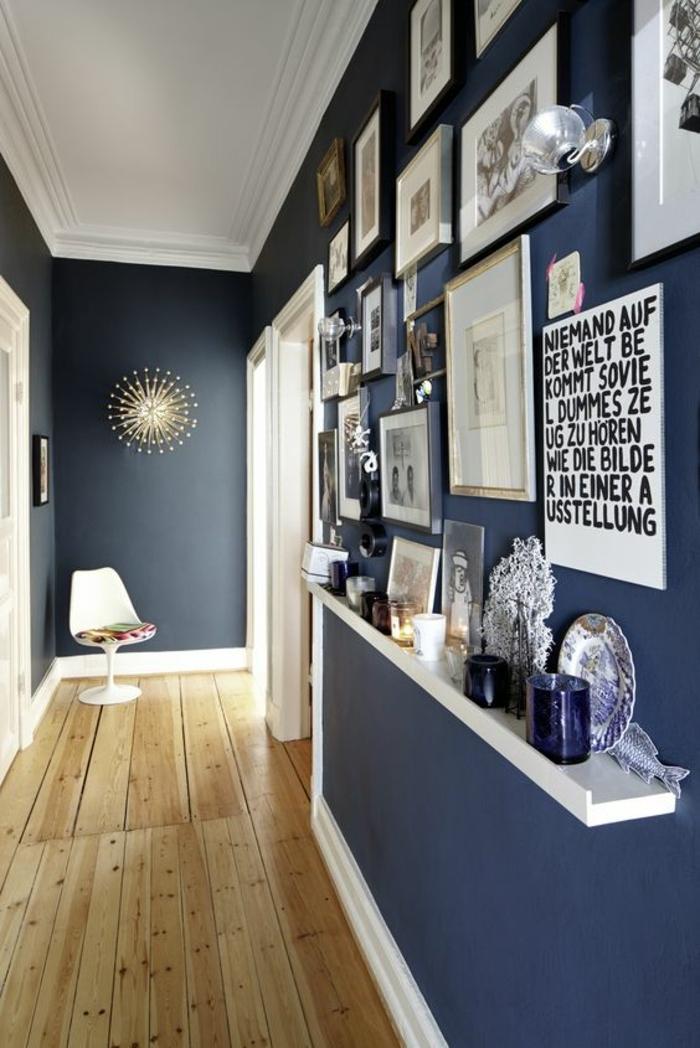 peinture acrylique mur, peinture bleue, étagère porte-encadrement