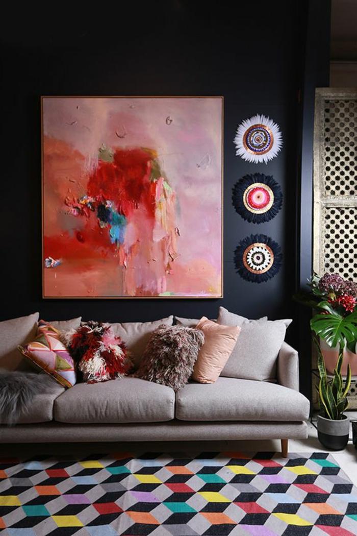 peinture acrylique mur, tableau artistique rose, sofa gris, tapis géométrique