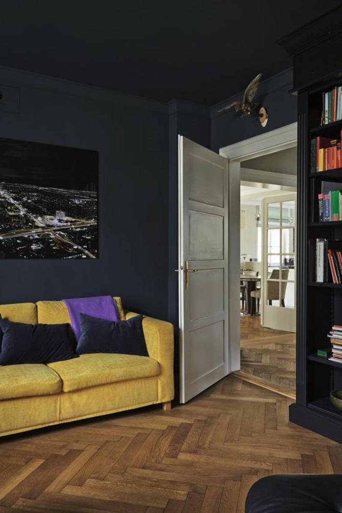 peinture acrylique mur, couleur de mur sombre, sofa jaune et coussins bleues