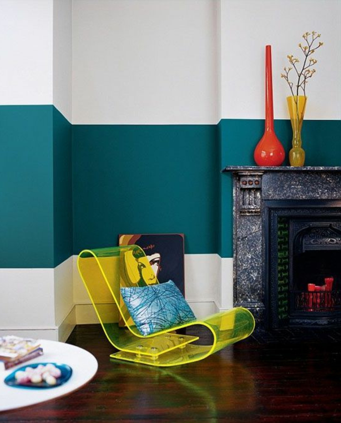peinture mur salon, mur en deux couleurs et chaise moderne, cheminée décorative