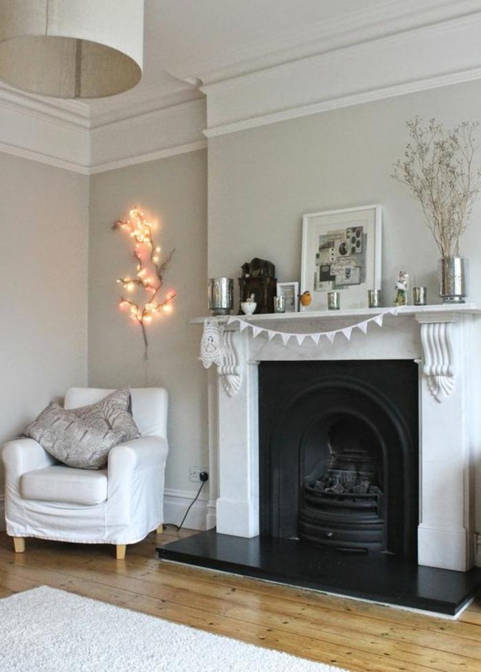 peinture acrylique mur, cheminée décorative, lampe blanche, fauteuil blanc