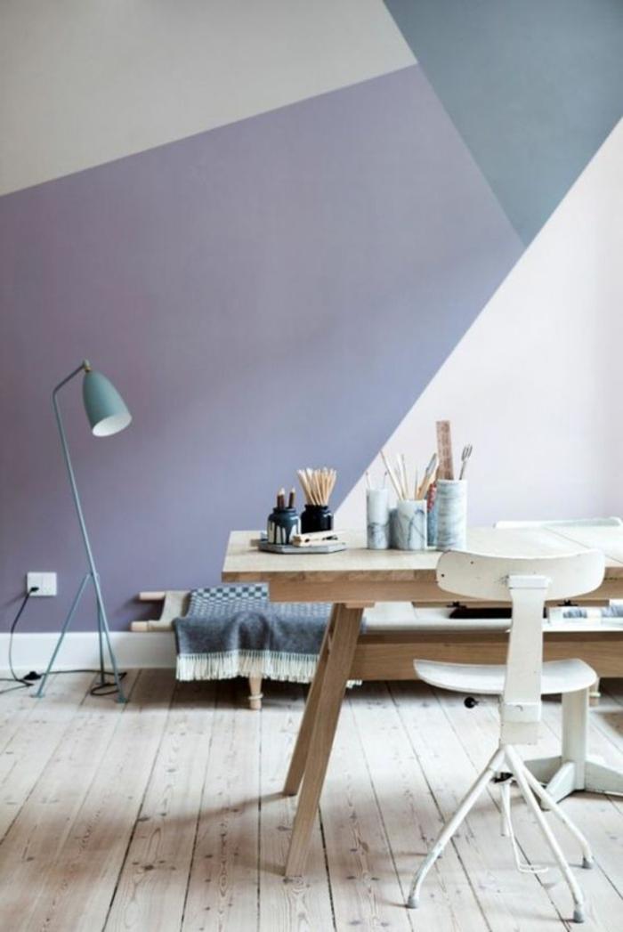 peinture mur salon, table en bois clair, chaise blanche vintage, sol en bois