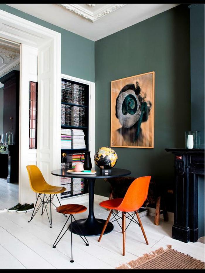 peinture mur salon, table noire tulipe, chaises jaunes, sol peint blanc