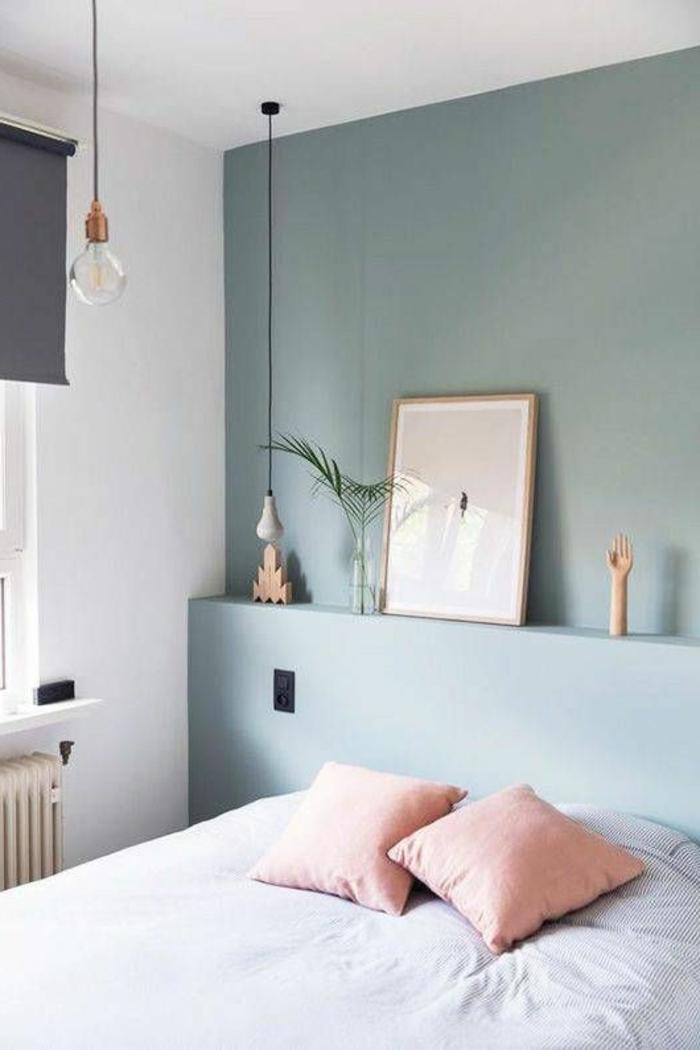 peinture murale, chambre à coucher grise, coussins roses et lampe ampoule