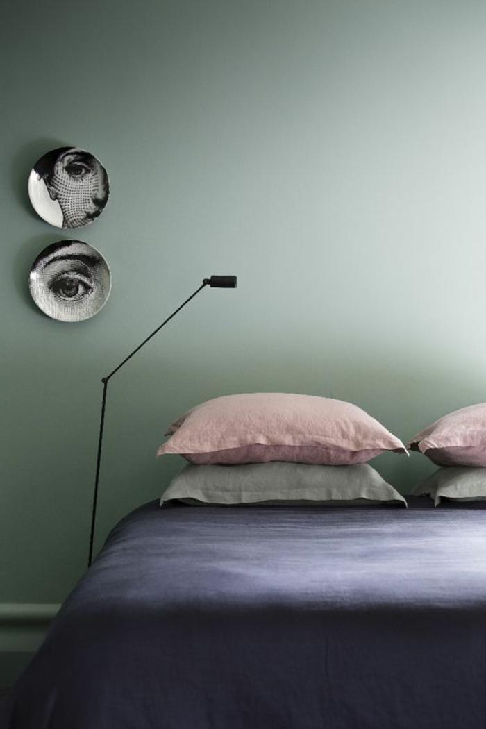 peinture murale, chambre à coucher sobre avec coussins de couleurs pastels