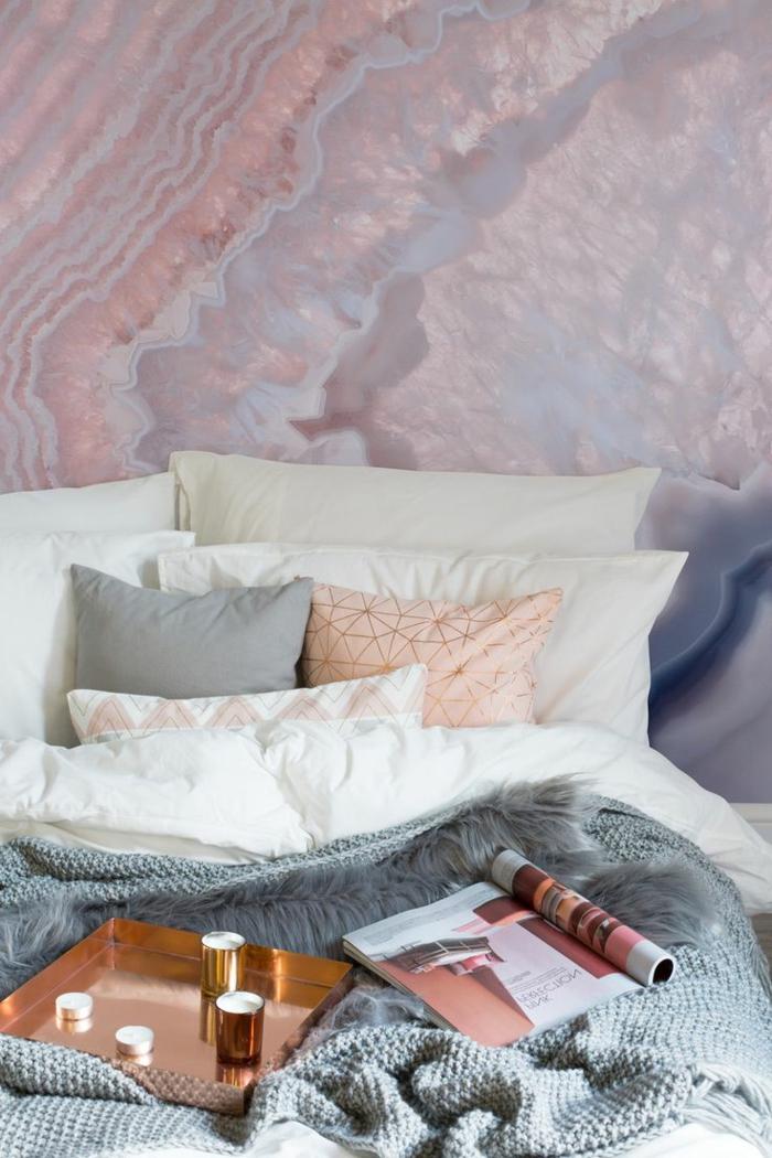 peinture murale rose, gris, lilas, plateau de service en cuivre, coussin rose, linge de lit blanc et gris, peinture chambre adulte