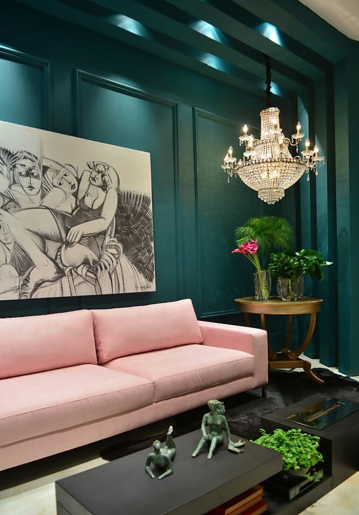 peinture murale verte, sofa rose, plafonnier traditionnel, petites sculptures