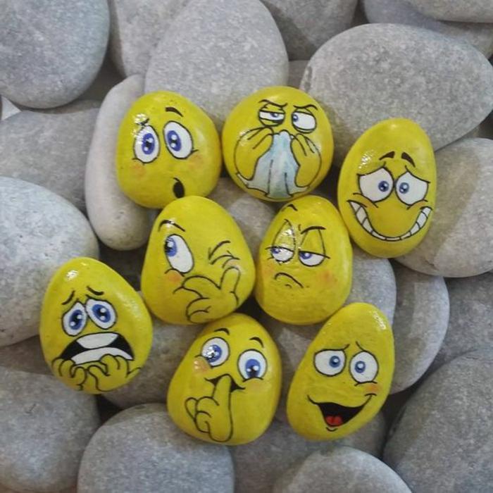 peinture sur galet, smileys jaunes sur galets de rivière