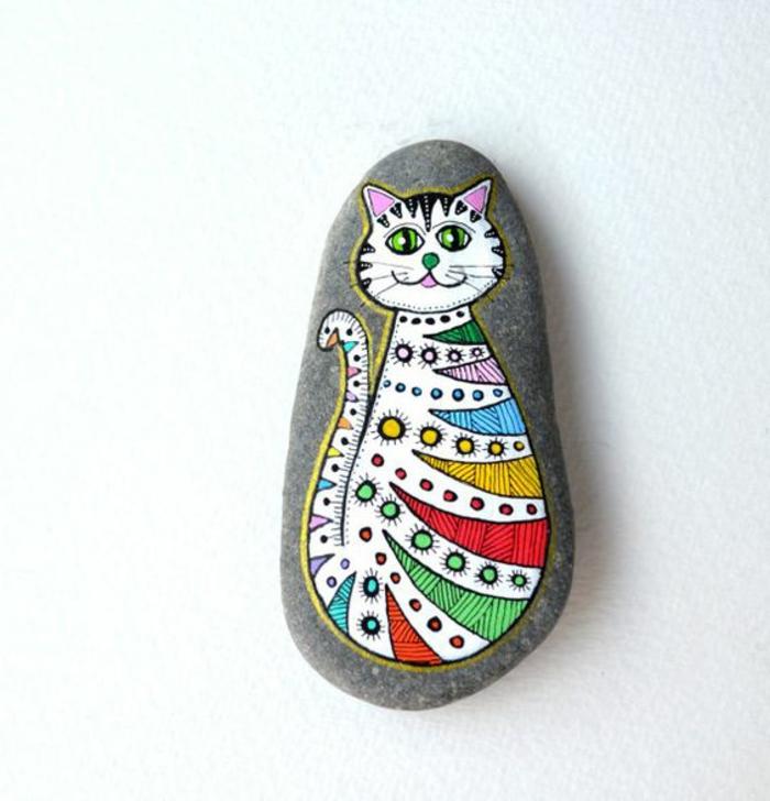 peinture sur galet, chat coloré en couleurs joyeuses