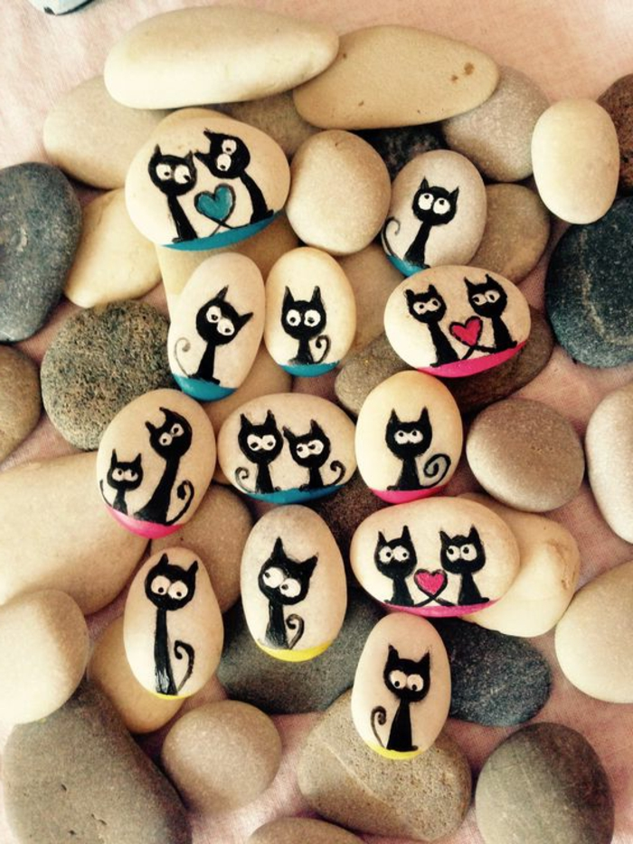 peinture sur galet, chats noirs peints sur des galets