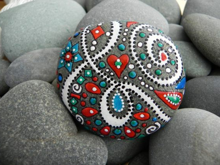 peinture sur galet, galets décorés lisses et ronds, mandalas