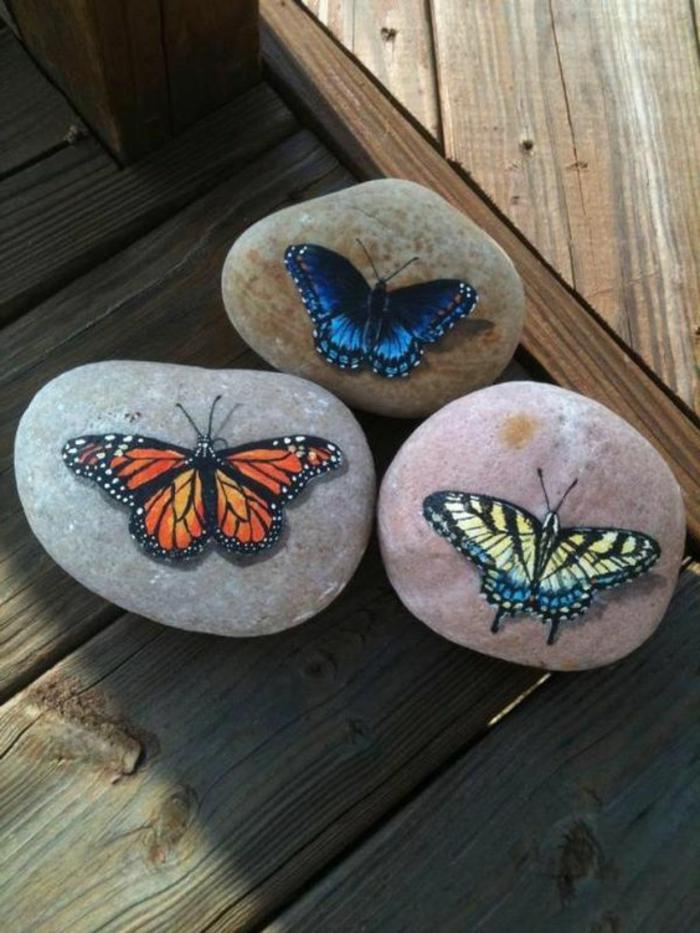 peinture sur galet, papillons colorés effet 3 d