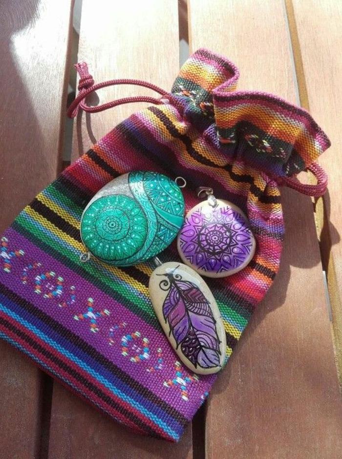 peinture sur galet, pendentifs pour colliers en couleurs vibrantes