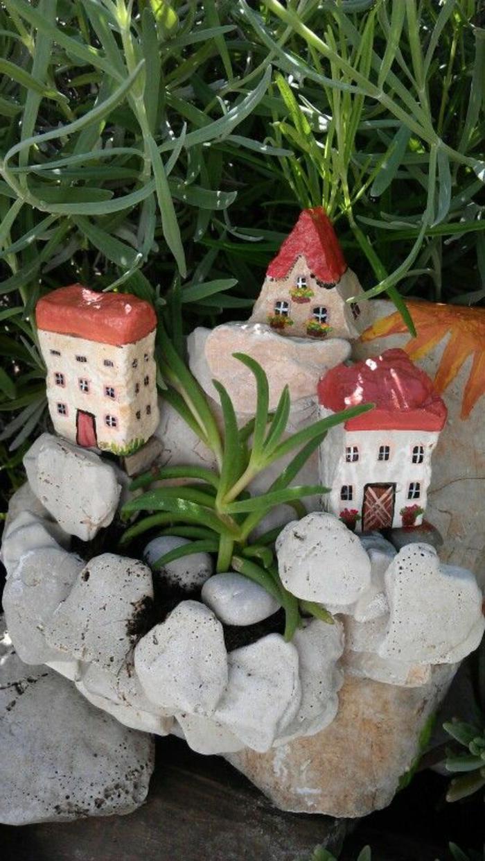 peinture sur galet, maisons juchées dans le jardin