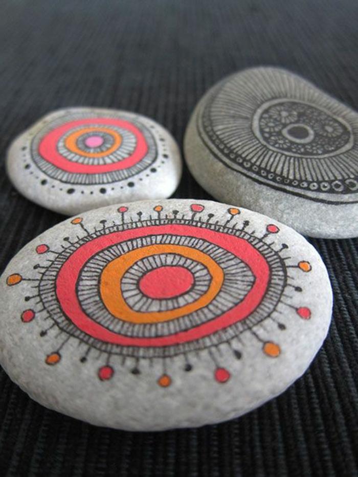peinture sur galet, pierres décorées avec mandalas multicolores