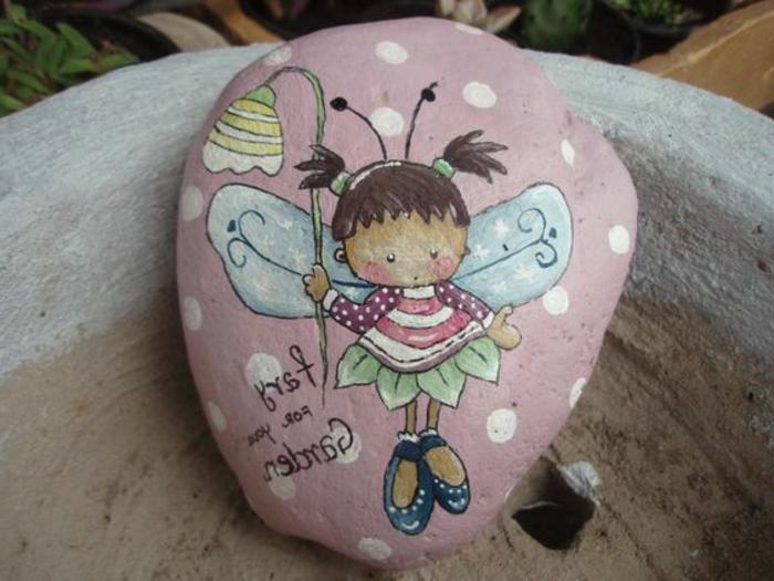 peinture sur galets, fée abeille sur une pierre peinte rose