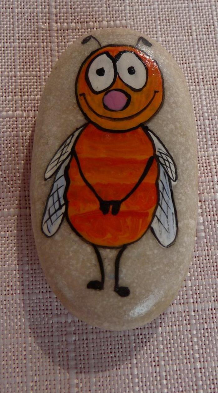 peinture sur galets, abeille orange sur galet blanc