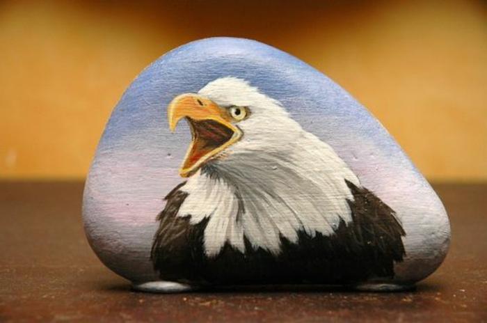 peinture sur galet, dessin d'aigle sur une pierre